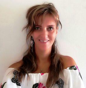 A képen az írónő mosolyog, aki szép, kedves, és örül, hogy vele mosolyogsz!