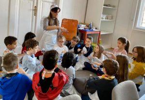 A képen az írónő varázsol csillagot a gyerekeknek.