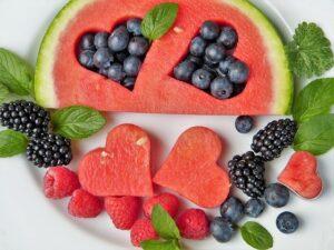 Sok friss gyümölcs látható a képen