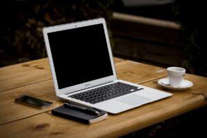 A képen egy felnyitott laptop látható